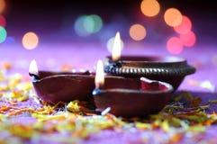 Lâmpadas do diya da argila leves durante a celebração de Diwali Projeto de cartão dos cumprimentos Fotografia de Stock