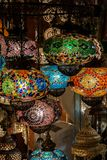 Lâmpadas do mosaico de vidro colorido no mercado de rua em Istambul, Turquia fotos de stock