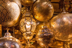 Lâmpadas douradas indicadas em um mercado em C4marraquexe Imagem de Stock