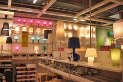 Lâmpadas e dispositivos bondes de iluminação na loja Fotografia de Stock Royalty Free