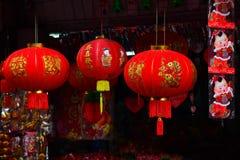 Lâmpadas e vestuários vermelhos para o uso durante o ano novo chinês foto de stock royalty free