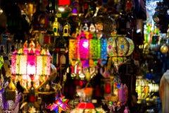 Lâmpadas feitos a mão coloridas vibrantes da lata no mercado de medina Fotografia de Stock Royalty Free