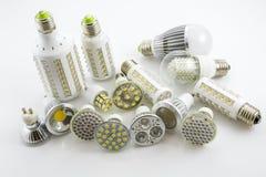Lâmpadas GU10 e E27 do diodo emissor de luz com uma tecnologia diferente igualmente co da microplaqueta Fotografia de Stock