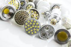Lâmpadas GU10 e E27 do diodo emissor de luz com uma tecnologia diferente igualmente co da microplaqueta Fotografia de Stock Royalty Free