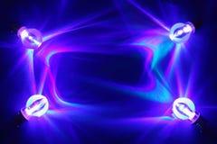 Lâmpadas iluminadas brilhantemente no fundo azul fotos de stock royalty free