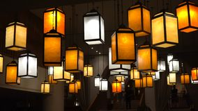 Lâmpadas multicoloridos da luz da noite na entrada do hotel movimento 4k lento horisontal video vídeos de arquivo