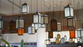 Lâmpadas multicoloridos originais na entrada do hotel movimento 4k lento horisontal video vídeos de arquivo