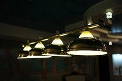 Lâmpadas na mesa de bilhar Iluminação na obscuridade Imagem de Stock Royalty Free