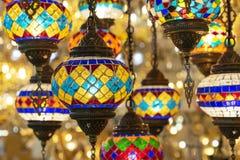 Lâmpadas orientais de um mosaico multi-colorido na janela da loja foto de stock royalty free