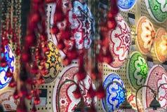 Lâmpadas orientais de um mosaico multi-colorido na janela da loja fotografia de stock royalty free