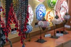 Lâmpadas orientais de um mosaico multi-colorido na janela da loja fotos de stock