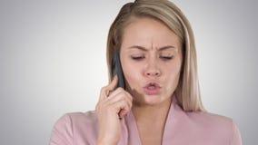 Lächelnde Frau, die am Telefon auf Steigungshintergrund spricht stock footage