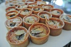 Lée мини brà creme» в чашках печенья стоковая фотография