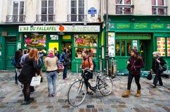 LÃ ¡ s du Fallafel餐馆在马瑞斯,巴黎历史的区  库存照片