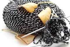 Lãs com agulhas de confecção de malhas foto de stock royalty free