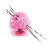 Lãs com as agulhas de confecção de malhas sobre o branco Fotos de Stock Royalty Free