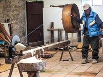 Lãs de giro do homem Quechua nativo foto de stock royalty free