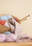Lãs do lenço das agulhas de confecção de malhas da cesta Foto de Stock Royalty Free