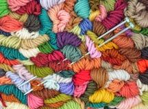 Lãs e agulhas de confecção de malhas Fotografia de Stock Royalty Free