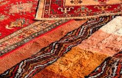 Lãs feitos a mão dos tapetes do Oriente Médio preciosos para a venda no antiq fotografia de stock royalty free