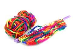 Lãs ou fio de confecção de malhas colorido multi-colorido brilhante com knitti Fotografia de Stock