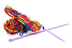 Lãs ou fio de confecção de malhas colorido multi-colorido brilhante com knitti Fotos de Stock Royalty Free
