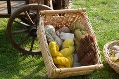 Lãs tingidas naturais na cesta Fotografia de Stock Royalty Free
