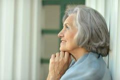 Lächeln, ältere Frau träumend lizenzfreies stockbild