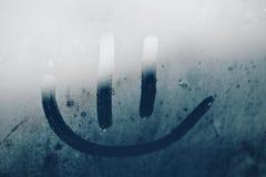 Lächeln auf dem misted Fenster Stockfoto