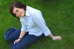 Lächeln auf einem Gras lizenzfreie stockfotos