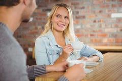 Lächeln blond, Kaffee mit Freund trinkend Stockfotos