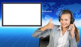 Lächeln businesslady im Stuhl und in den Kopfhörern Lizenzfreie Stockfotos