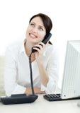 Lächeln busineswoman am Telefon stockfotos