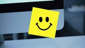 Lächeln-Charakter Lächelnzeichnung auf Aufkleber auf Monitor stock video footage