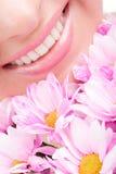 Lächeln der Frau mit Blumen Stockfotografie