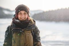 Lächeln der jungen Frau in camera draußen Stockfoto