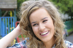 Lächeln der recht jungen Frau Stockbild