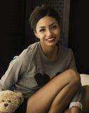 Lächeln der recht jungen Frau lizenzfreies stockbild