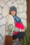 Lächeln der schwangeren Frau der Junge lizenzfreie stockfotos