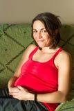 Lächeln der schwangeren Frau der Junge stockfotografie