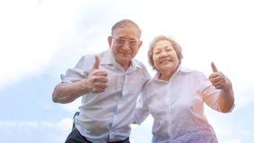 Lächeln des alten Mannes und der Frau Stockfotografie
