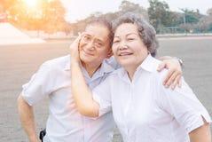 Lächeln des alten Mannes und der Frau Stockbild