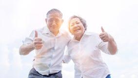Lächeln des alten Mannes und der Frau Stockfotos