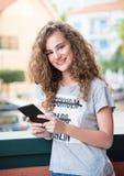 Lächeln des jungen Mädchens lizenzfreie stockfotografie