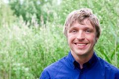 Lächeln des jungen Mannes freundlich Stockbilder