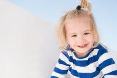 Lächeln des kleinen Jungen in der Marinekleidung Glückliches Kind genießen sonnigen Tag Kind, das mit Pferdeschwanz des blonden H lizenzfreie stockfotos
