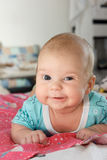 Lächeln des kleinen Jungen, liegend Lizenzfreie Stockbilder