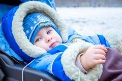 Lächeln des kleinen Jungen Lustiges Baby in einem Wagen Lizenzfreies Stockfoto
