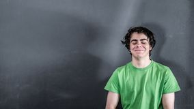 Lächeln des kleinen Jungen zufrieden gestellt Lizenzfreie Stockfotografie