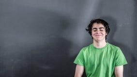 Lächeln des kleinen Jungen zufrieden gestellt Lizenzfreie Stockfotos